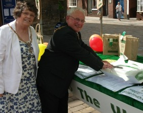 Mayor Cllr Brian Bacon and Mayoress Cllr Norma Bacon cut the cake